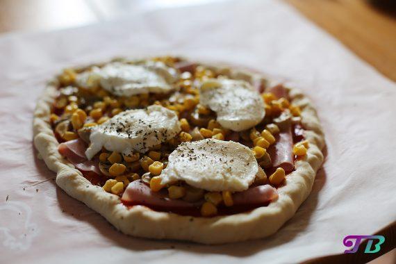 Pizza mit Schinken, Mais, Pilzen und Mozarella
