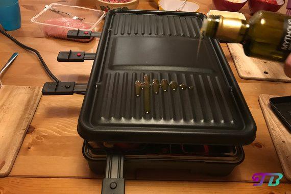 DIY Raclette - Olivenöl auf Raclette-Platte gegeben