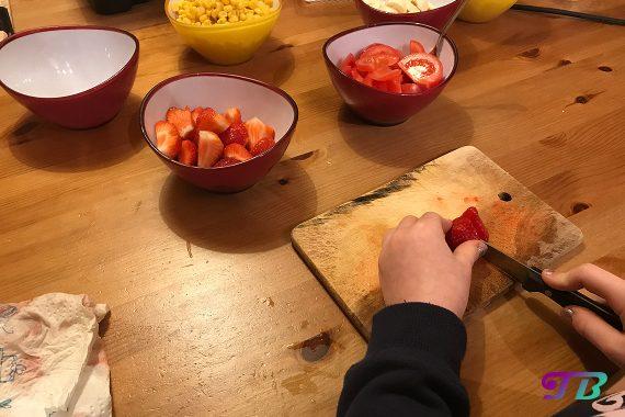 DIY Raclette - Erdbeeren zerkleinern