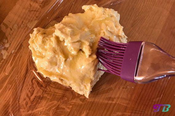 Apfelstrudel Blätterteig Teig Butter bestreichen