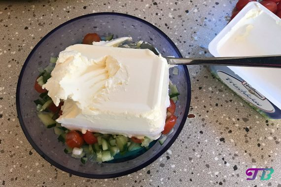 Aufstrich Tomaten Gurke Frischkäse unterrühren