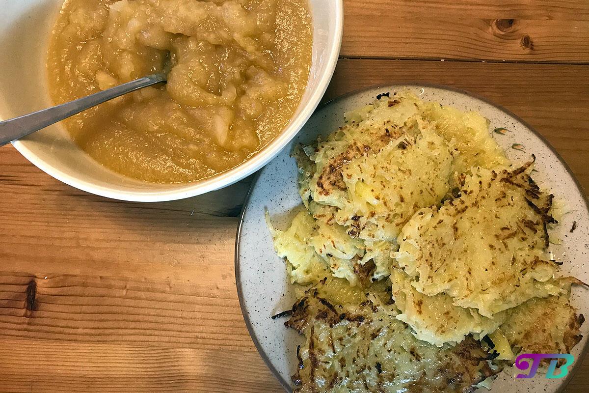 Kartoffelpuffer Rösti Apfelmus genießen