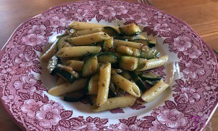 In Olivenöl gebratene Zucchini mit Nudeln – schnell, gesund und lecker