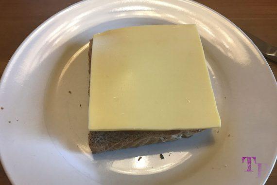 Toast überbacken Tomate Basilikum Käse
