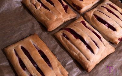 Gefüllte Blätterteig-Taschen mit Vanillepudding und roter Grütze – einfach lecker