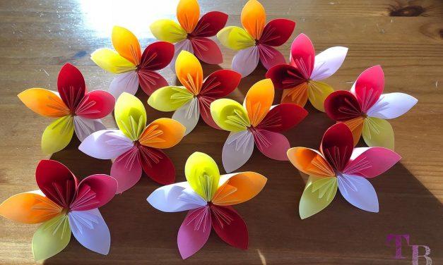 DIY Blumen aus quadratischem Papier – dekorativ und einfacher Bastelspaß mit Kindern