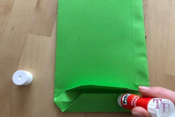 DIY Papiertüte DIN A4 Blatt Boden kleben