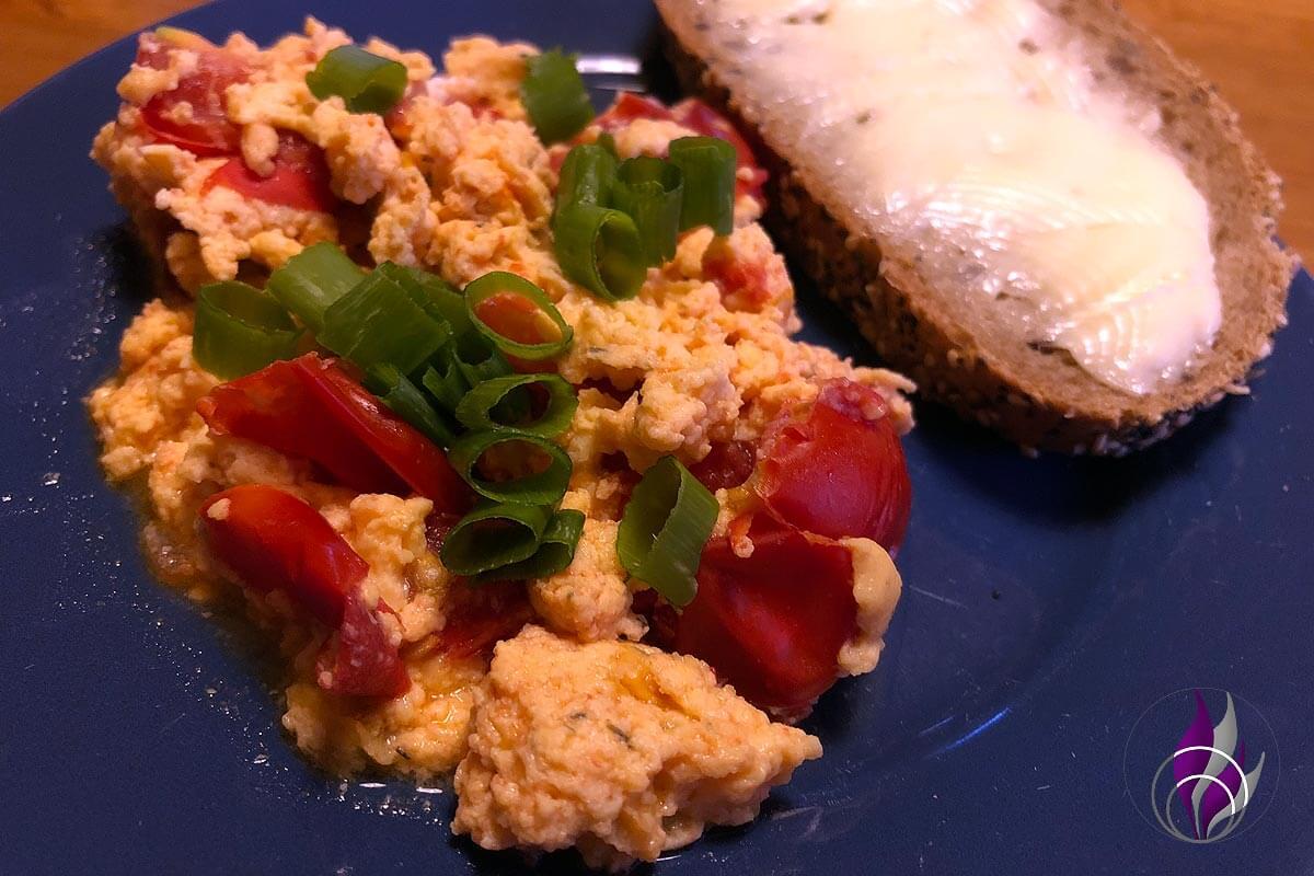 Tomaten-Eier genießen Butterbrot