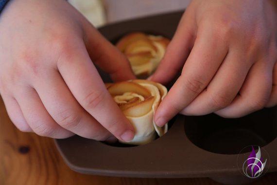 fun4family Apfel-Blätterteigrosen in Muffinform geben