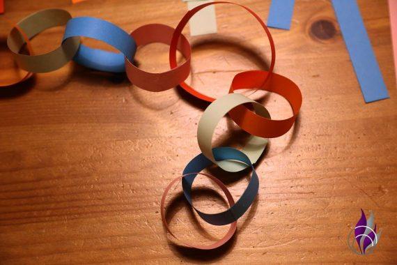 fun4family Girlande aus Ringen basteln Kinderzeit
