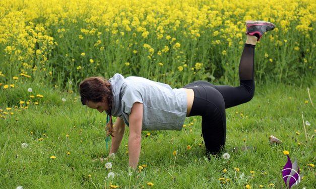 Outdoor-Fitness-Übung Teil 2 – Beinheber im Vierfüßlerstand