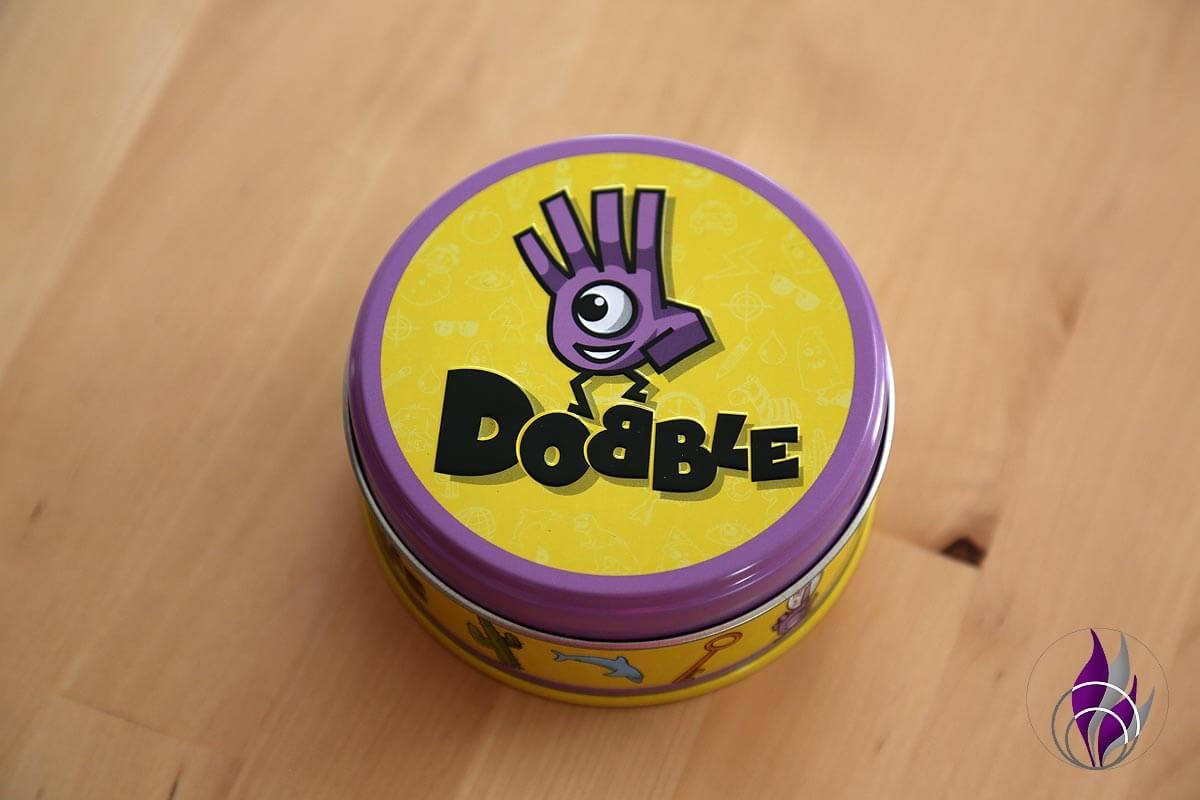 fun4family Dobble Reaktionsspiel Kartenspiel Gehirnjogging Dose