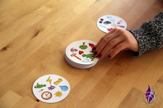 fun4family Dobble Reaktionsspiel Kartenspiel Karte ziehen
