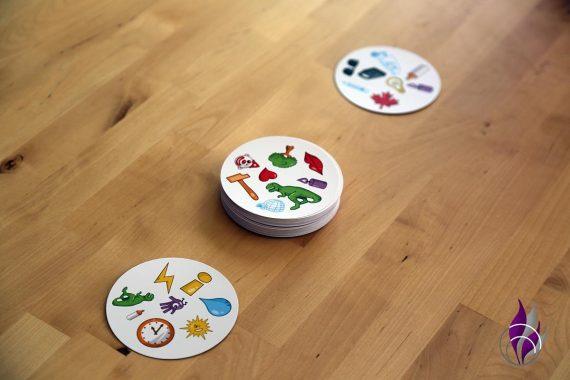 fun4family Dobble Reaktionsspiel Kartenspiel Variante Turm