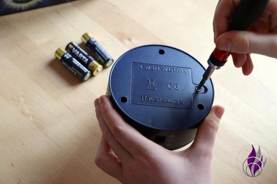 fun4family 3D Puzzle-Ball Leuchtsockel Batterien einlegen