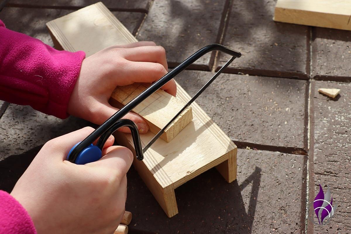 fun4family Wooddoll Holzpuppe Holz sägen