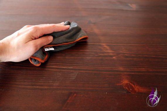 Hygiene Microfasertuch Poliyboy Anwendung Holztisch