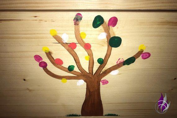 Schulprojekt Tierheim Spendenbox bemalt Baum
